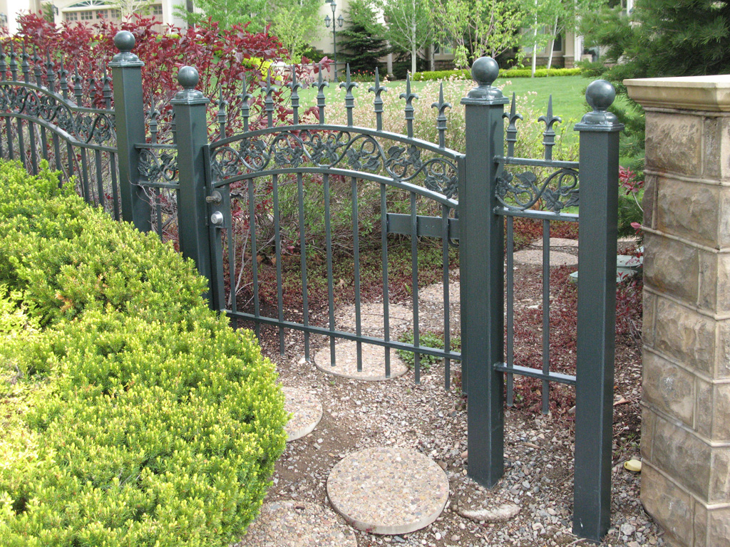 mourning-glory-pattern-chateau-on-the-green-fence