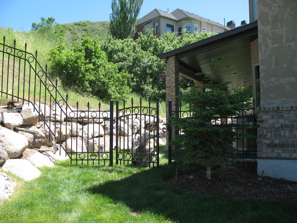 iron-anvil-fences-spear-top-double-rail-circles-draper-fence-4-3