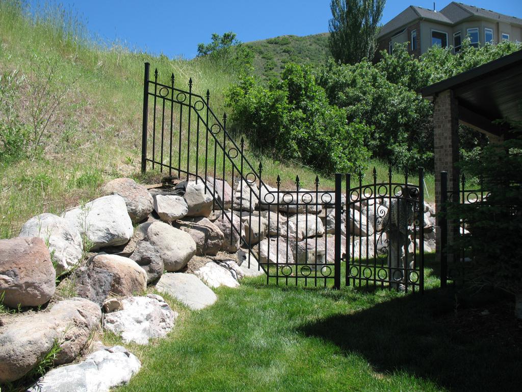 iron-anvil-fences-spear-top-double-rail-circles-draper-fence-4-4