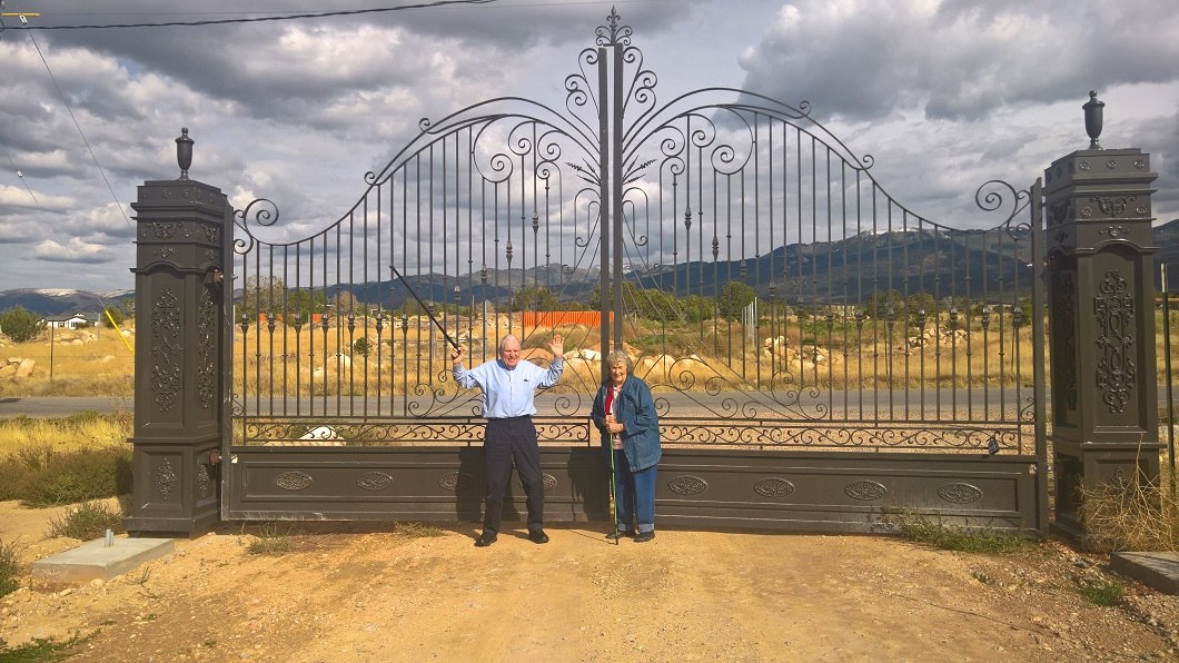 iron-anvil-gates-driveway-arch-OSCAR WEBER AND JAMAR WILSON AT SPRING CITY MILKY HOLLOW GATES for web