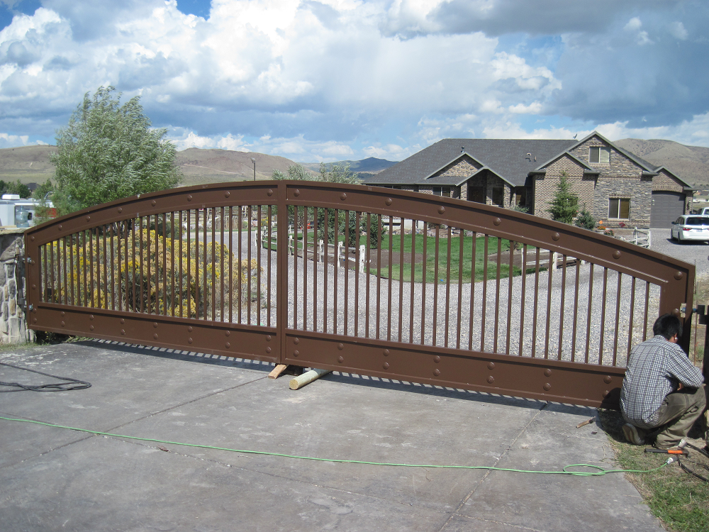 iron-anvil-gates-driveway-arch-russell-16380