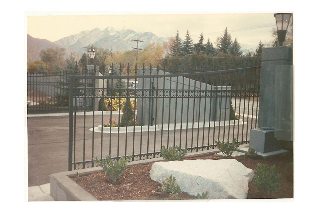 iron-anvil-gates-driveway-concave-spear-top-double-rail-scrolls-gated-community-6200-south