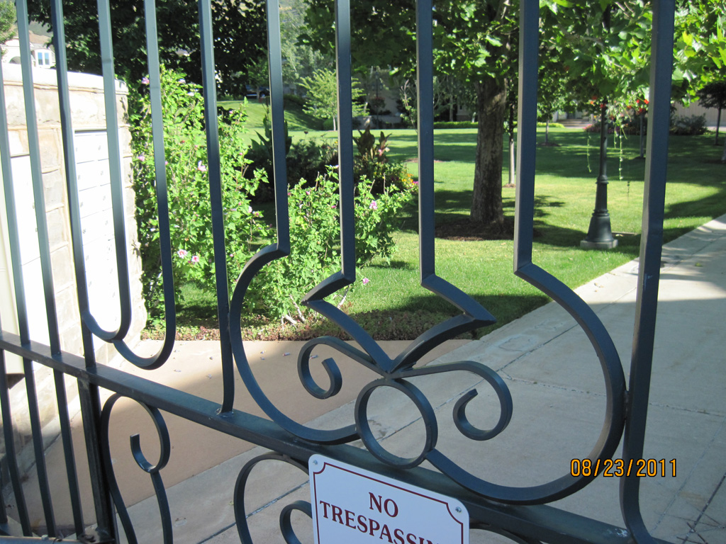 iron-anvil-gates-driveway-french-curve-chateau-on-green-richardson-construction-c