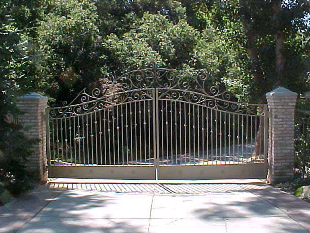 iron-anvil-gates-driveway-french-curve-clintworth-1-1