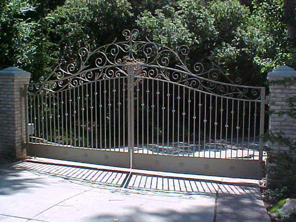 iron-anvil-gates-driveway-french-curve-clintworth-1-2