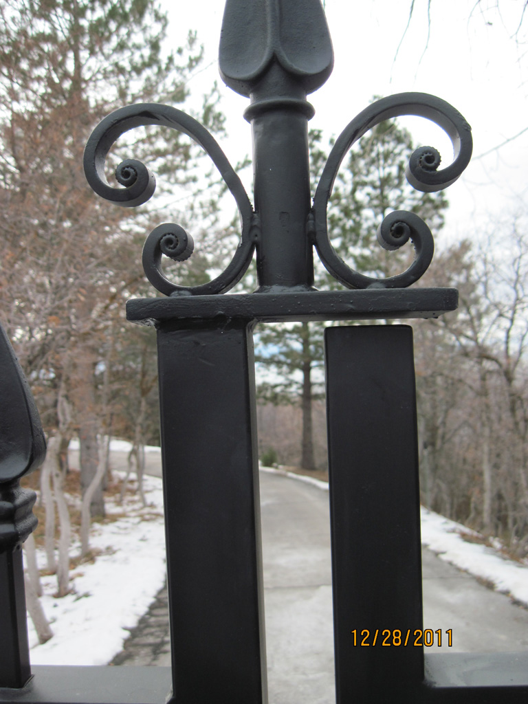 iron-anvil-gates-driveway-french-curve-second-nature-15332-spear-2