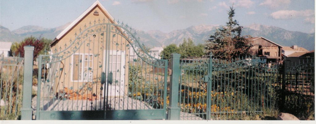 iron-anvil-gates-driveway-french-curve-verns-fence-1