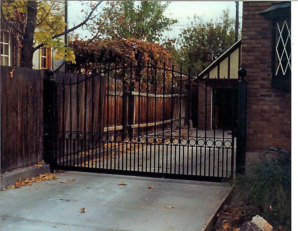 iron-anvil-gates-driveway-french-curve-with-dog-guard-and-circles-mid-way