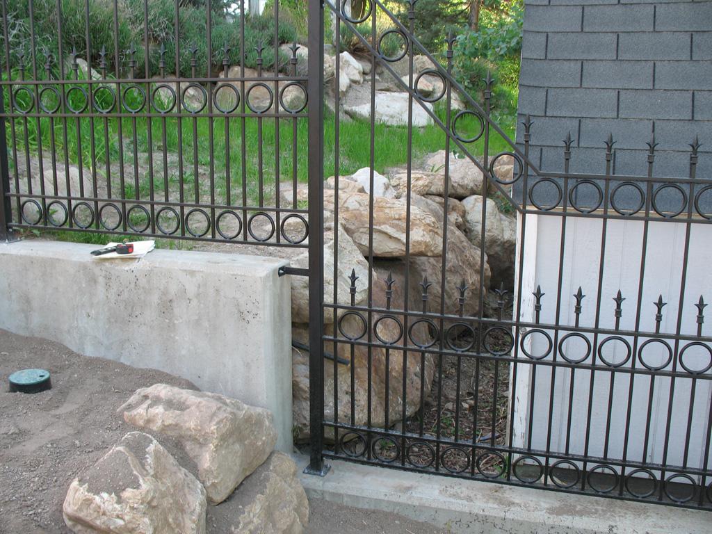 iron-anvil-fences-spear-top-double-rail-circles-lucas-fence-11-5-1