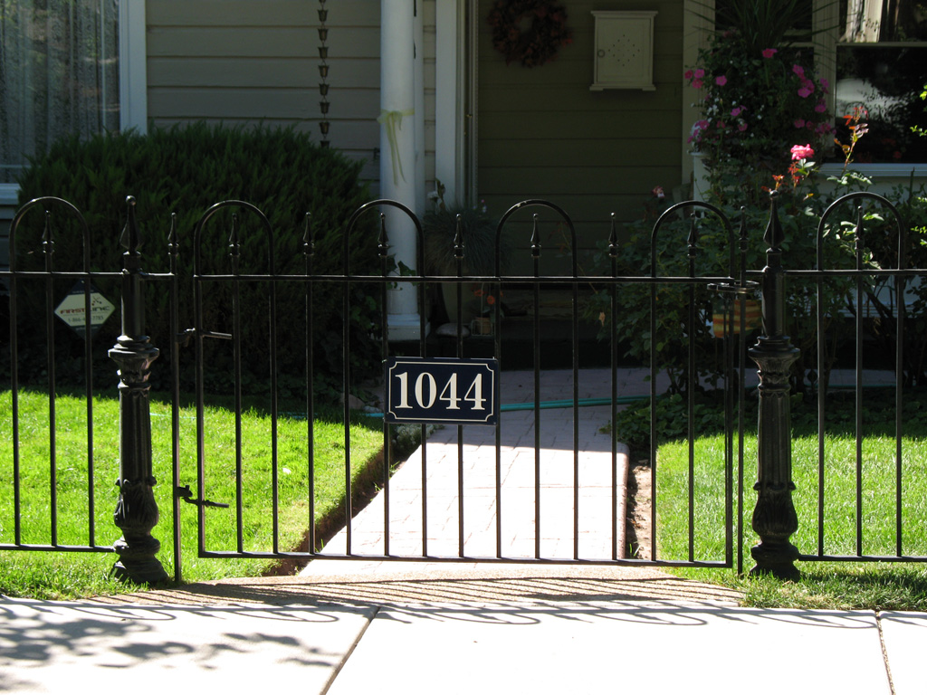 iron-anvil-fences-spear-top-single-rail-loop-by-others