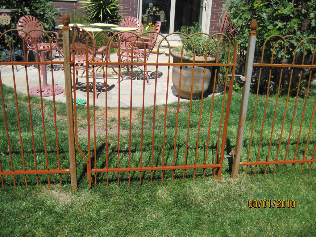 iron-anvil-fences-spear-top-single-rail-loop-overlap-fence-rusty-iron-horse-4