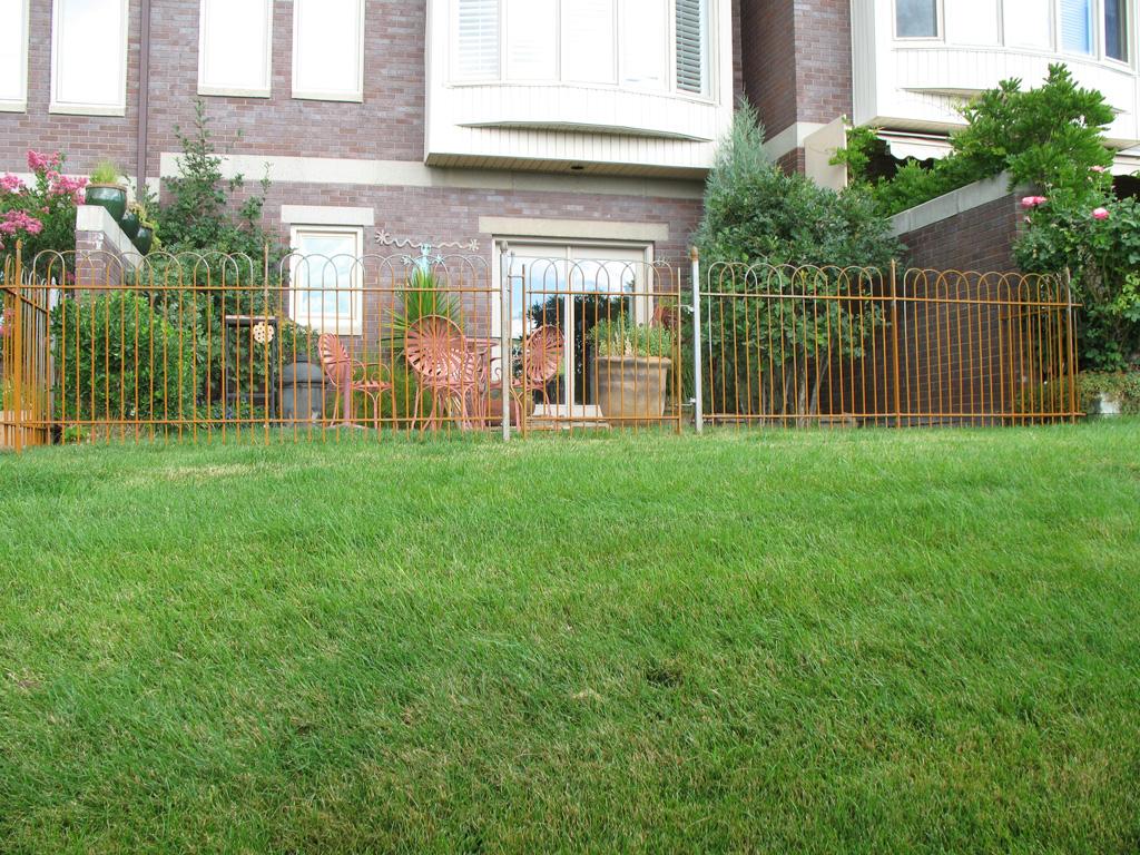 iron-anvil-fences-spear-top-single-rail-loop-overlap-fence-rusty-iron-horse-5