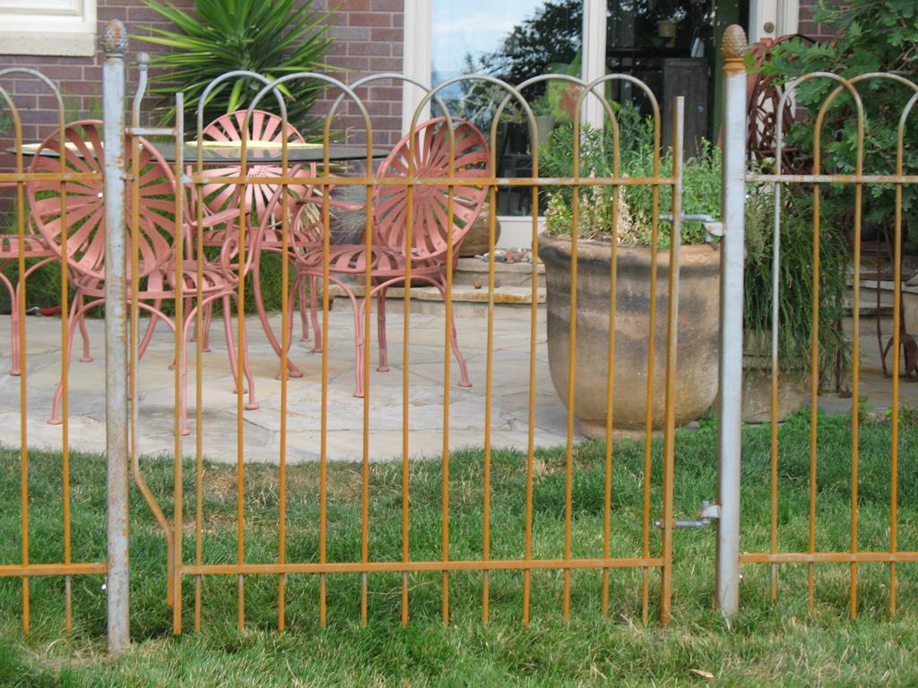 iron-anvil-fences-spear-top-single-rail-loop-overlap-loop