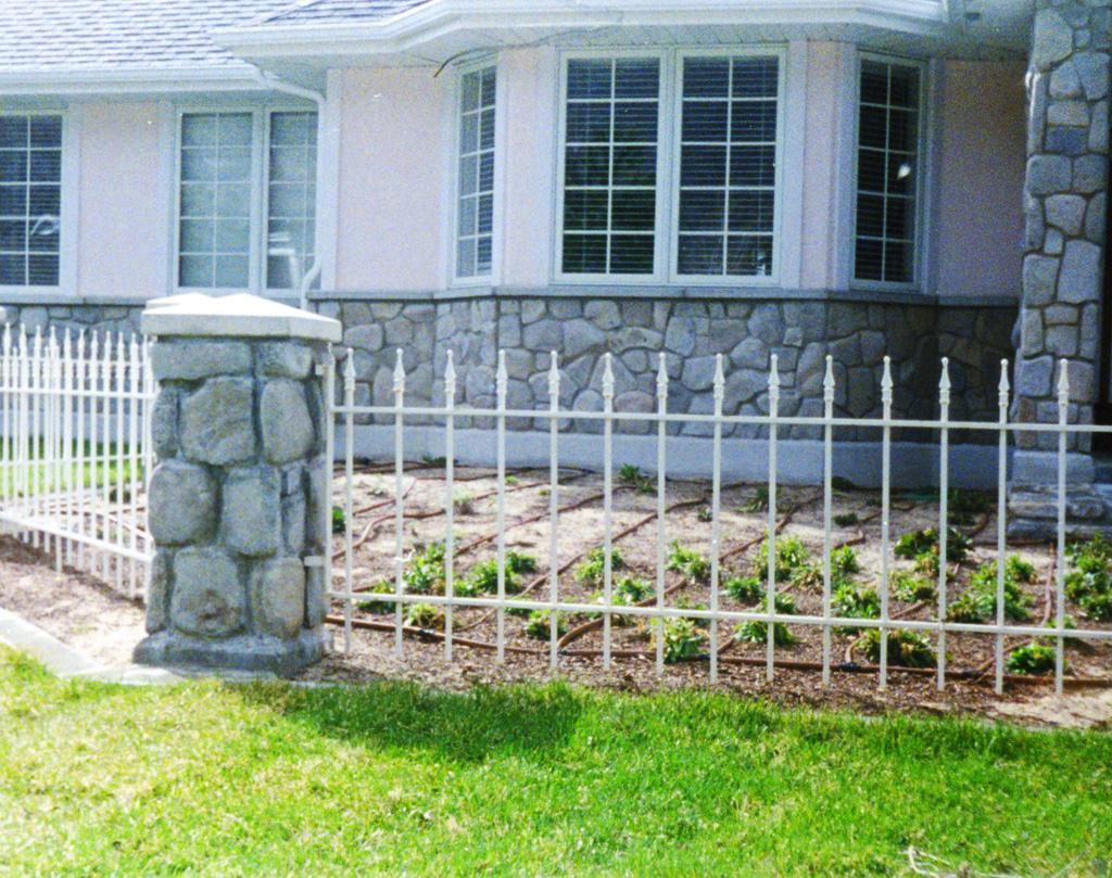 iron-anvil-fences-spear-top-single-rail-spear-217-white