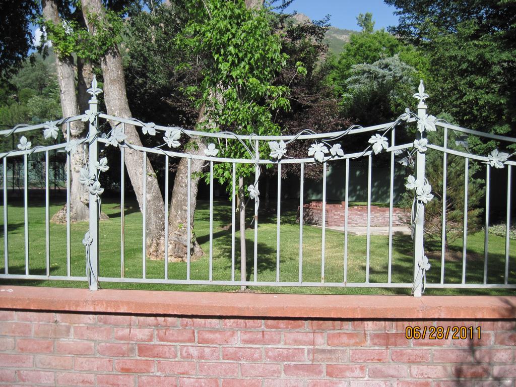 iron-anvil-fences-by-others-concave-vine-valance-2