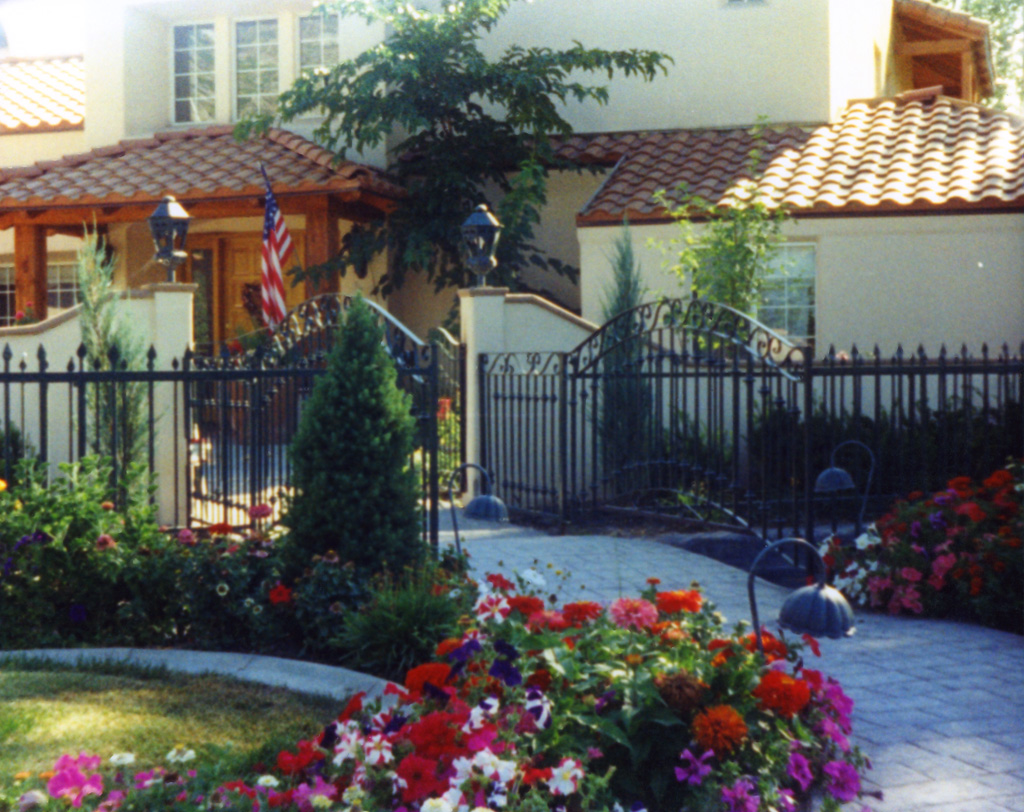 iron-anvil-gates-by-others-driveway-arch-scroll-valance