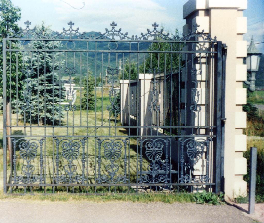 iron-anvil-gates-by-others-driveway-flat-park-city-2