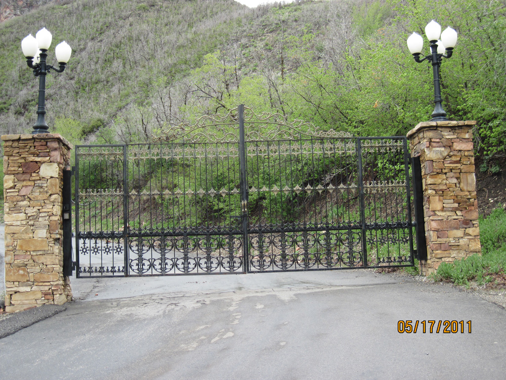 iron-anvil-gates-by-others-driveway-flat-parley-canyon-rose-garden