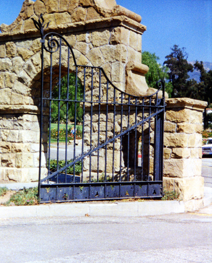 iron-anvil-gates-by-others-driveway-french-iron-entrance