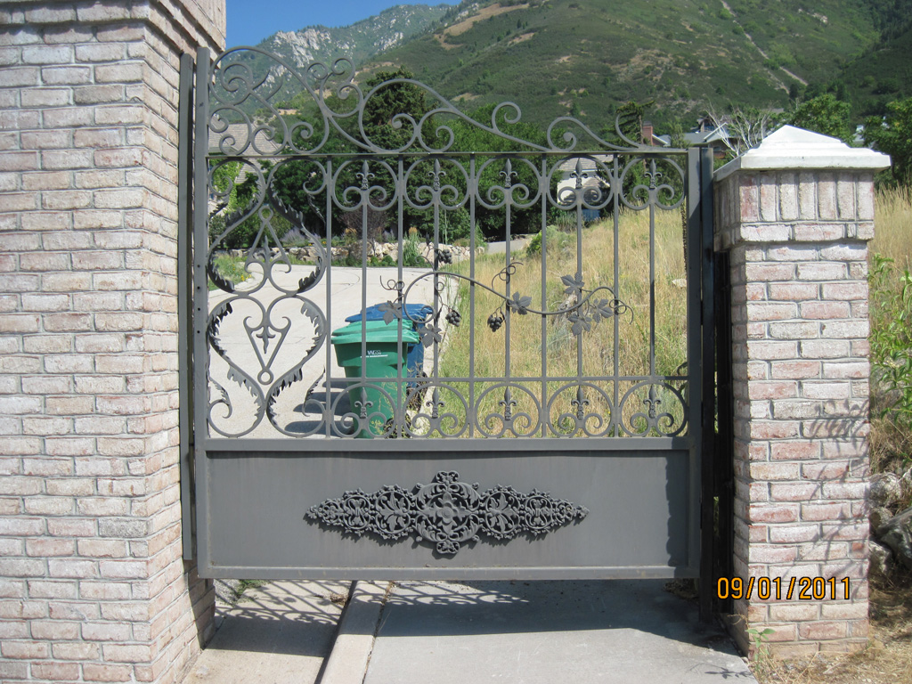 iron-anvil-gates-by-others-man-above-pepperwood-1
