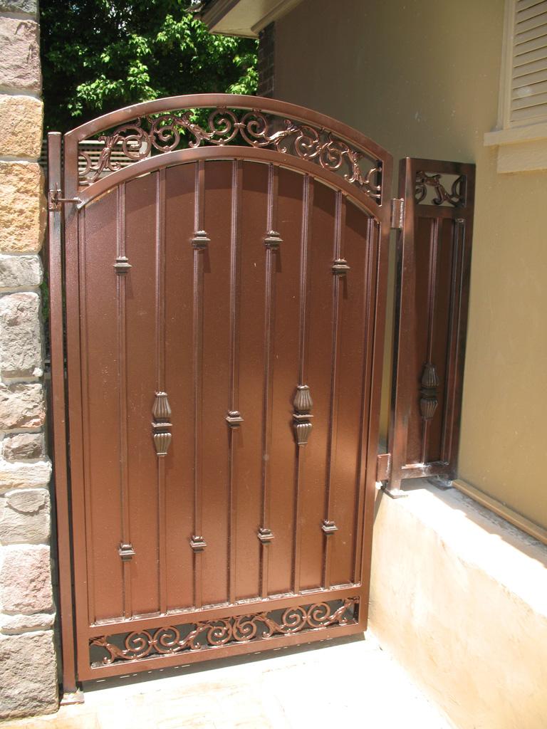 iron-anvil-gates-by-others-man-arch-la-brett-job-14197-peter-mousdkondis