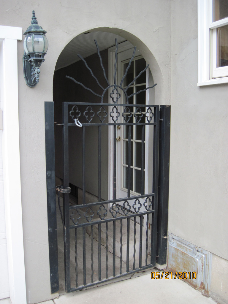 iron-anvil-gates-by-others-man-flat-clover-pattern-by-others