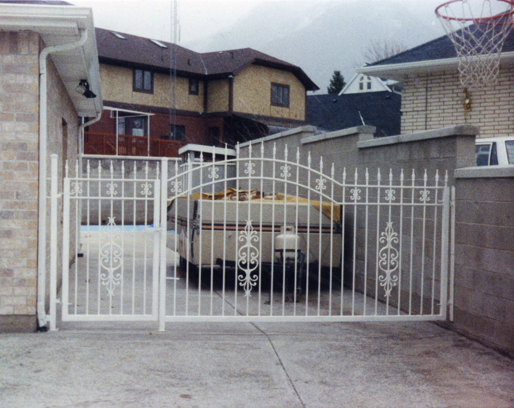 iron-anvil-gates-driveway-arch-01