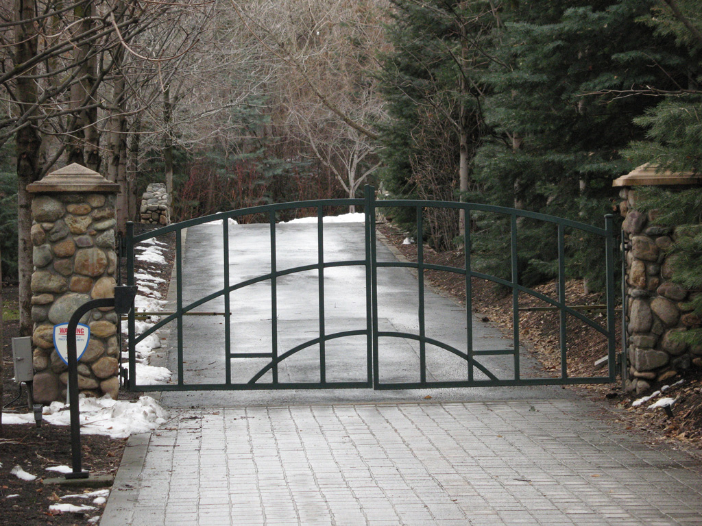 iron-anvil-gates-driveway-arch-at-roselands-1