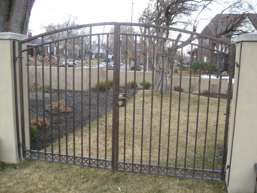 iron-anvil-gates-driveway-arch-on-harvard