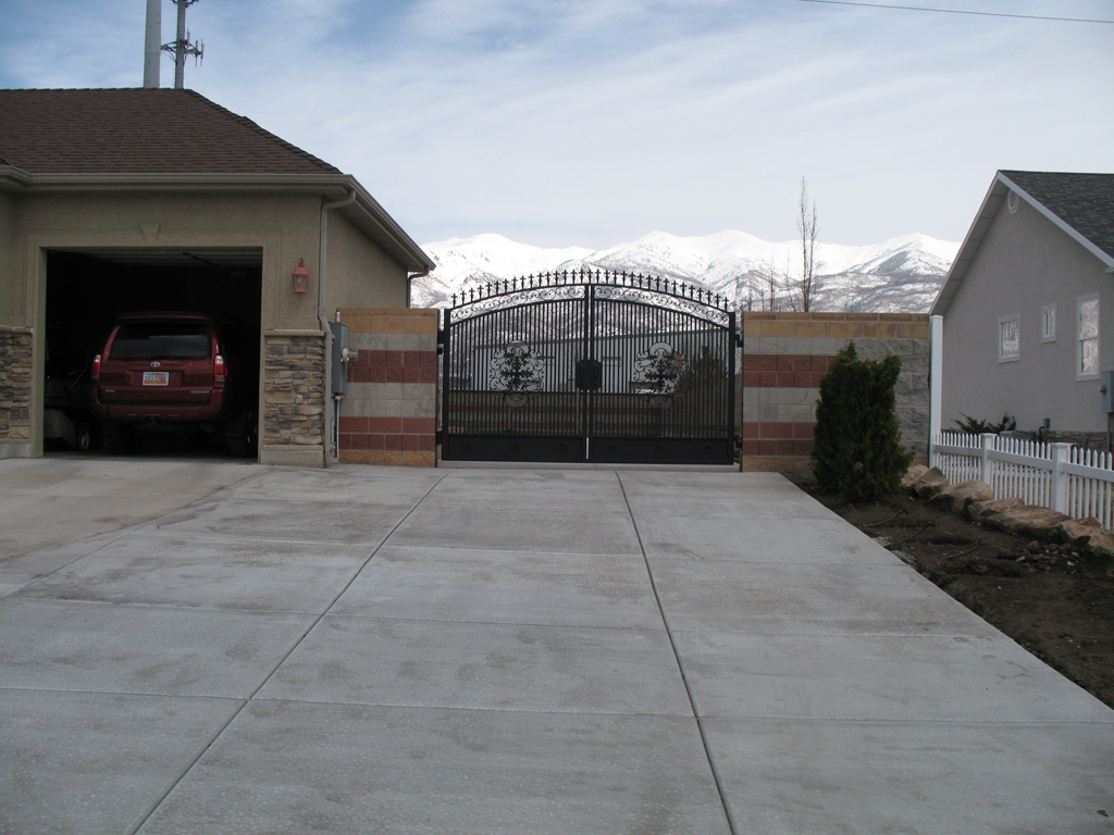 iron-anvil-gates-driveway-arch-richard-johnson-job-14027-1-3