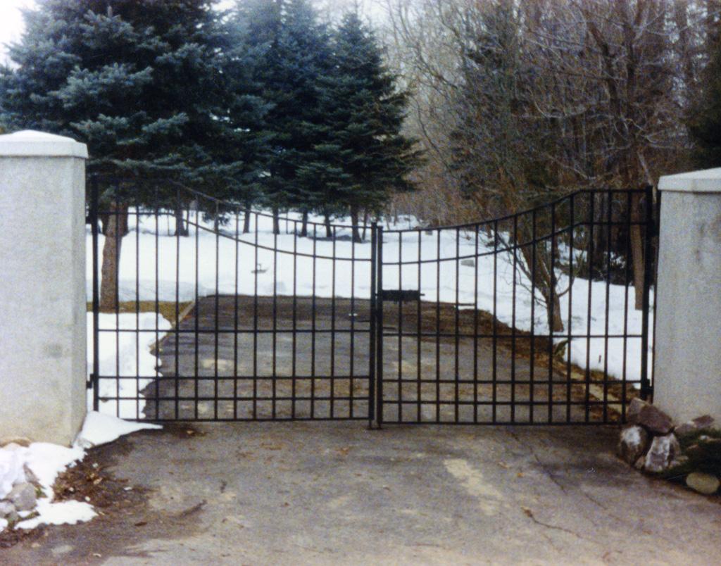 iron-anvil-gates-driveway-concave-01