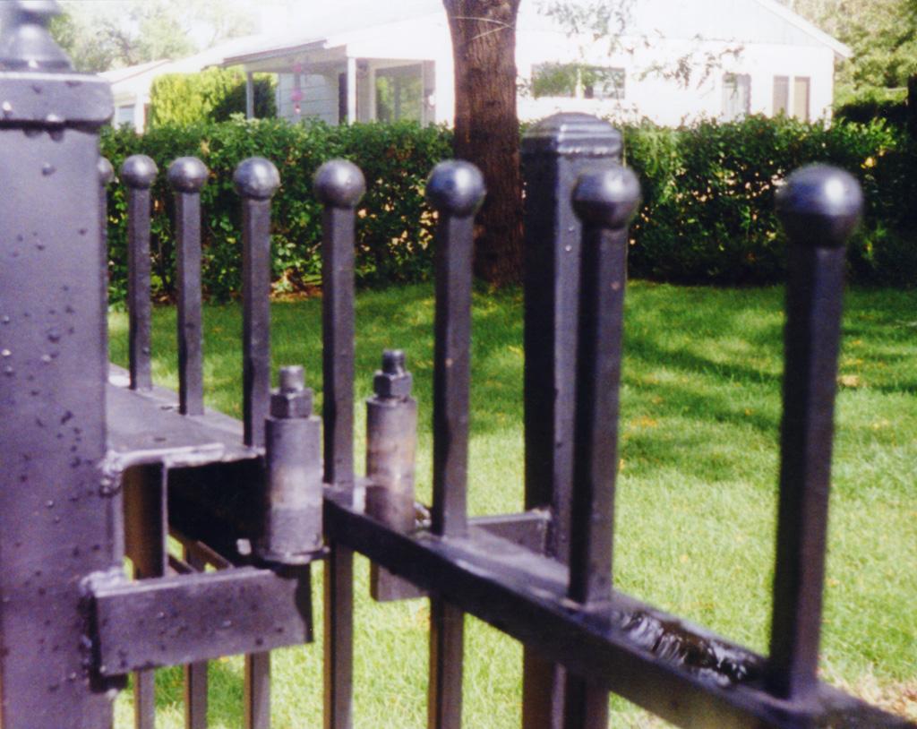 iron-anvil-gates-driveway-flat-driveway-01-3