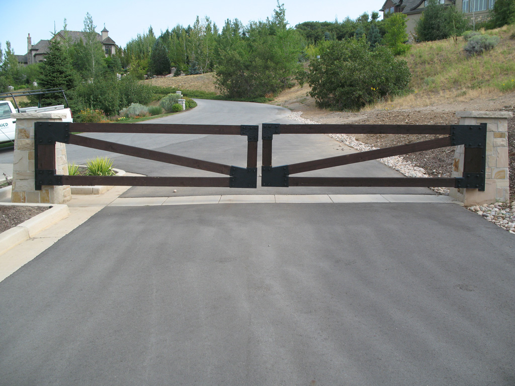 iron-anvil-gates-driveway-flat-prows-wood-with-steel-brackets-bountiful-1