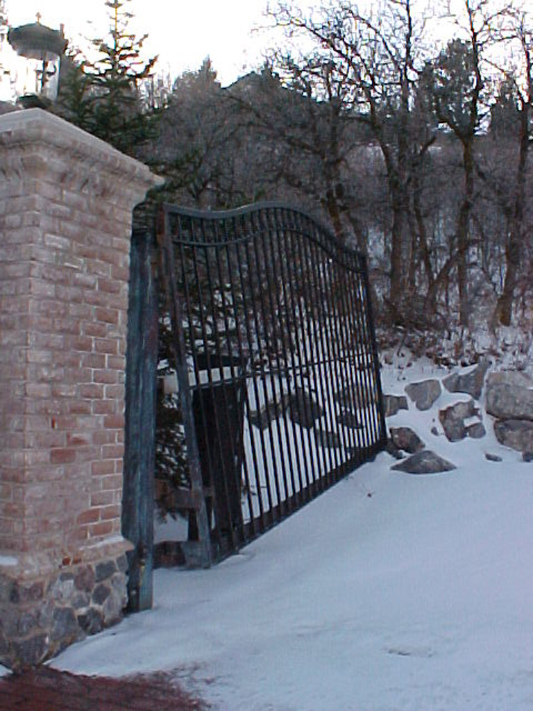 iron-anvil-gates-driveway-french-curve-alpine-uphill-swing-2