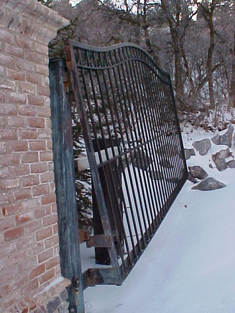 iron-anvil-gates-driveway-french-curve-alpine-uphill-swing-3