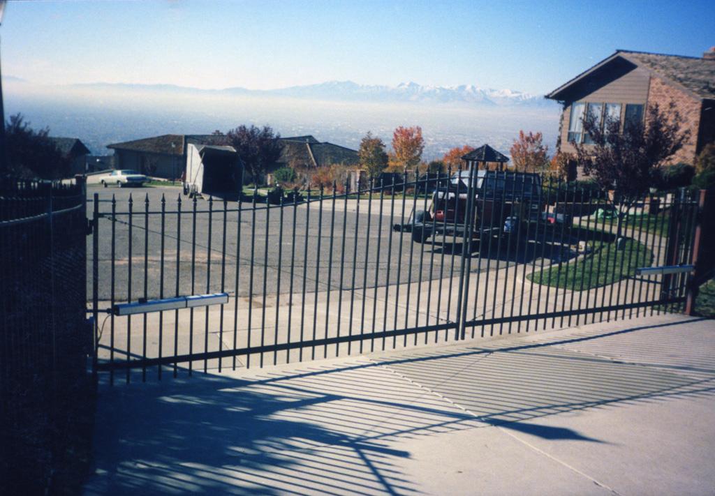 iron-anvil-gates-driveway-french-curve-karl-malone-02