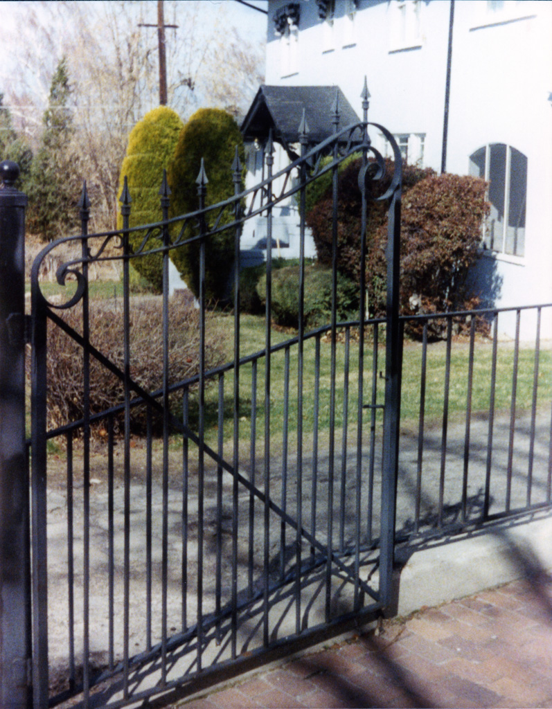 iron-anvil-gates-driveway-french-curve-scroll-a