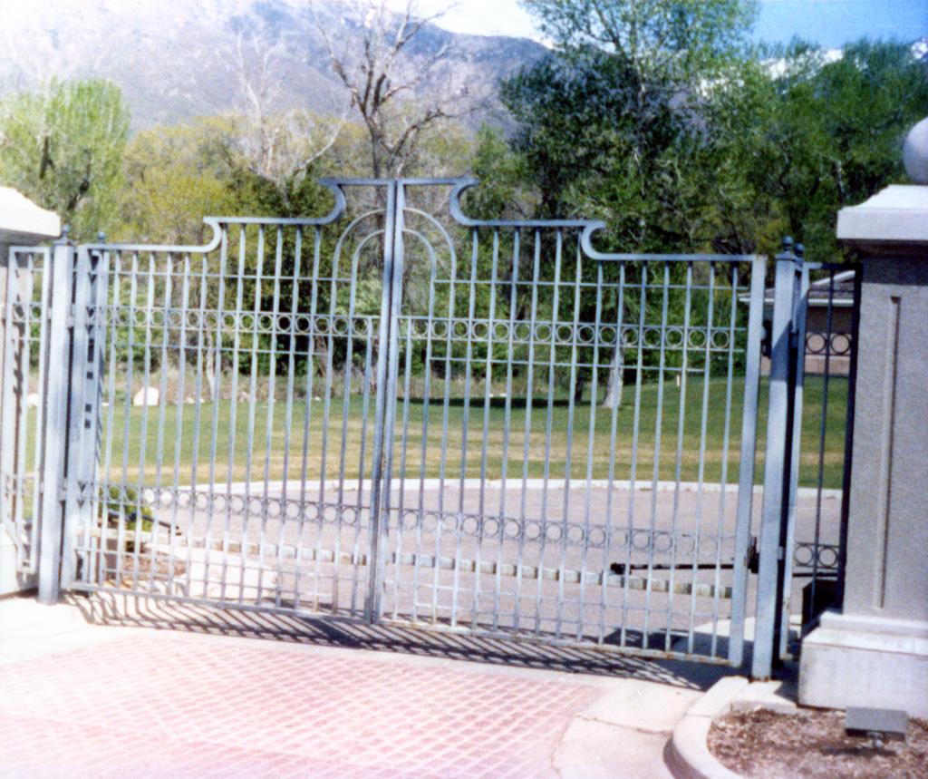 iron-anvil-gates-driveway-french-curve-tall-oaks-watts-2