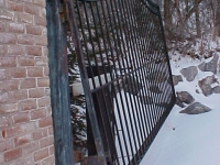 iron-anvil-gates-driveway-french-curve-alpine-uphill-swing-3