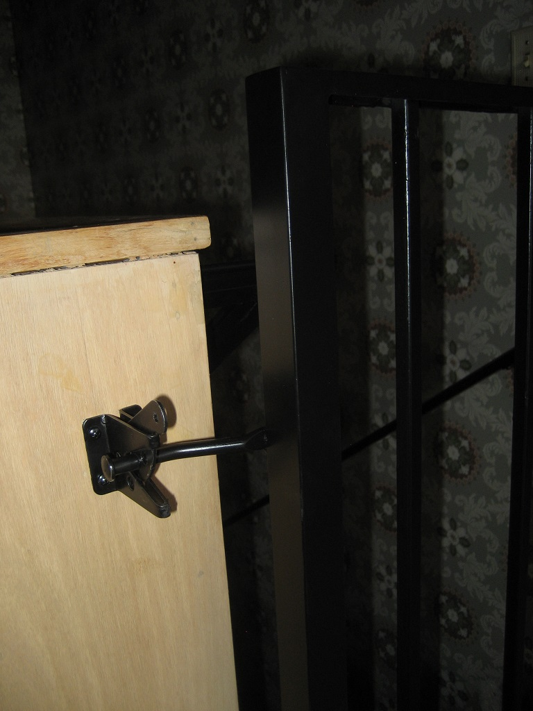 61-0132-Iron-Anvil-Gates-Man-Flat-LUCHS-18154-HAND-RAIL-GATE-AT-TOP-OF-STAIRS-99-2