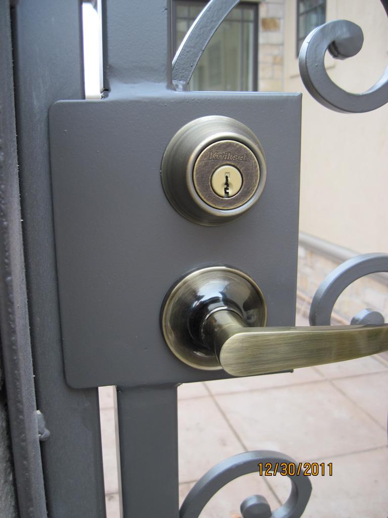 iron-anvil-gates-man-arch-man-stonebrook-tate-latch-double-lock-box