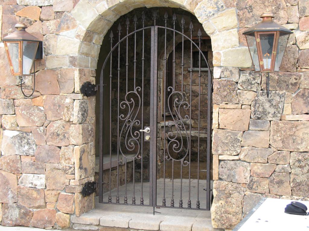 iron-anvil-gates-man-arch-yukon-flake-13888-3