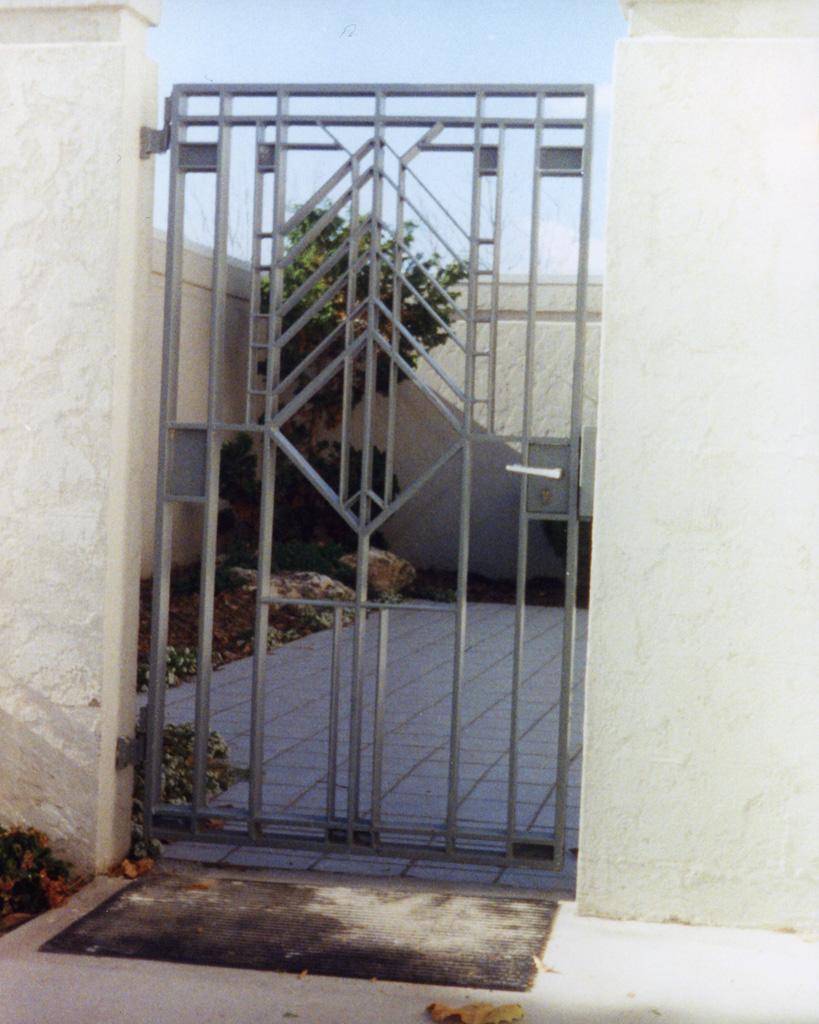 iron-anvil-gates-man-flat-watts-tall-oaks