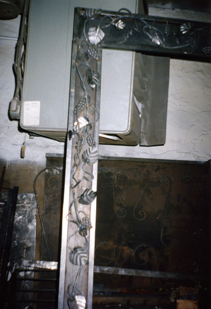 iron-anvil-other-items-fireplace-screen-border-alpine-066-2