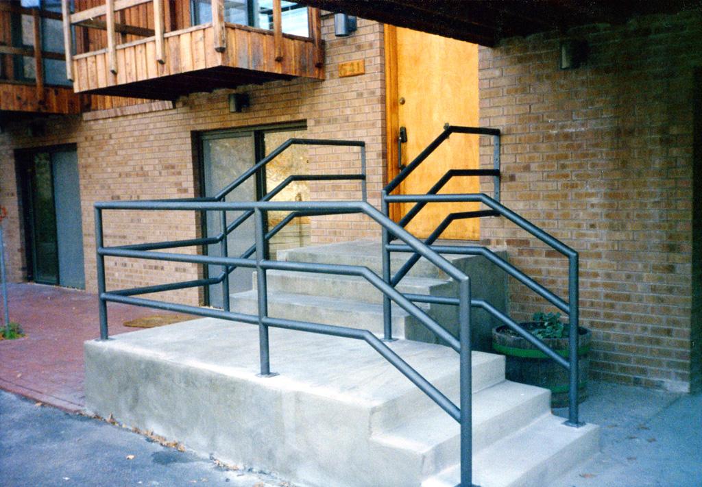 iron-anvil-railing-horizontal-pipe-1