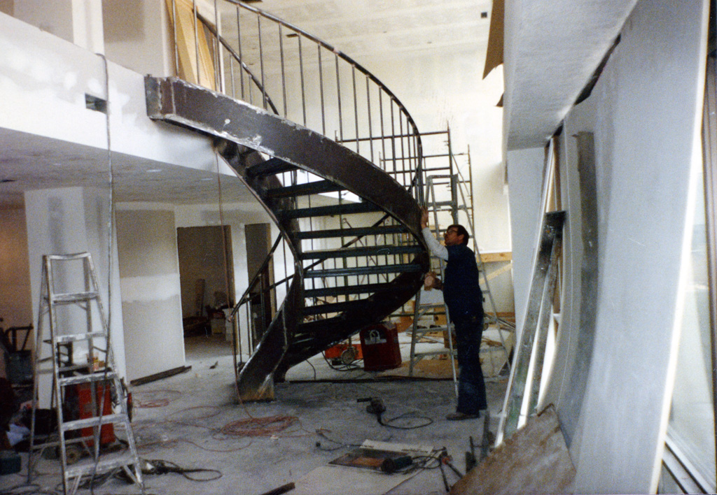 41-0020-iron-anvil-stairs-grand-circular-treads-angle-iron-Wikens-16