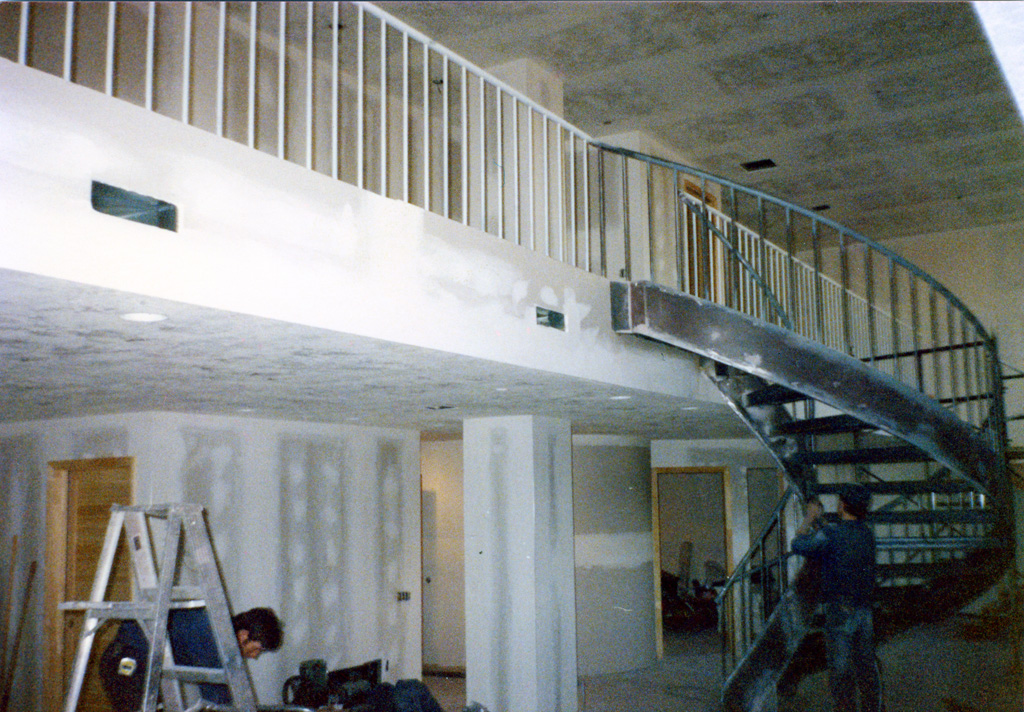 41-0020-iron-anvil-stairs-grand-circular-treads-angle-iron-Wikens-2